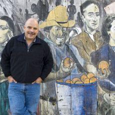 Burchard en frente del mural del Distrito de la Misión